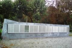 Memoriālā siena. atklāta 2004. gadā